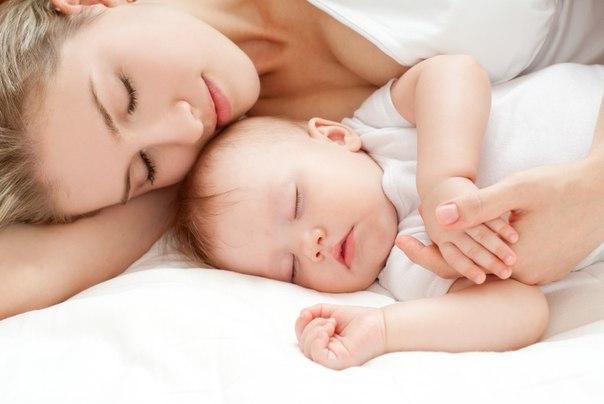 cho bé ngủ với người thân