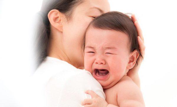 bé đang ngủ tự nhiên khóc thét lên
