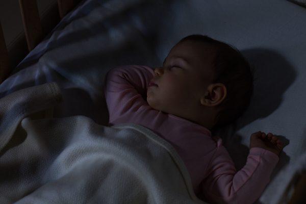 khi nào trẻ ngủ xuyên đêm
