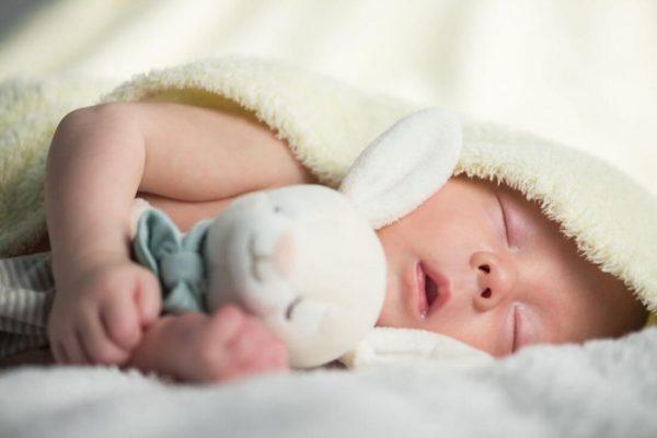 bé ngủ xuyên đêm có tốt không