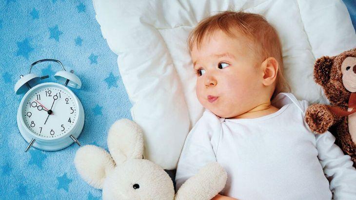 bé thức khuya không chịu ngủ