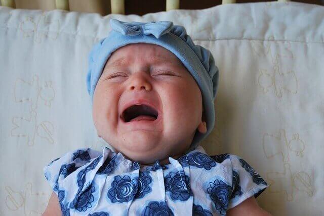 trẻ khóc đêm bất thường