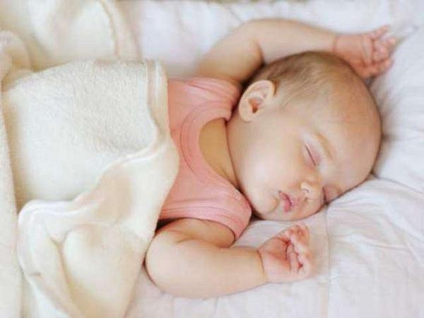 trẻ sơ sinh ngủ nhiều ít khóc