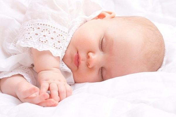 bé vừa bú mẹ vừa ngủ