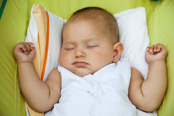 cách kê gối cho trẻ sơ sinh