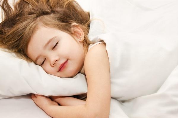 có nên cho trẻ ngủ lúc chiều tối