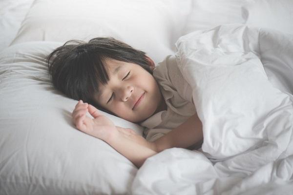 độ tuổi nên cho bé ngủ buổi chiều tối