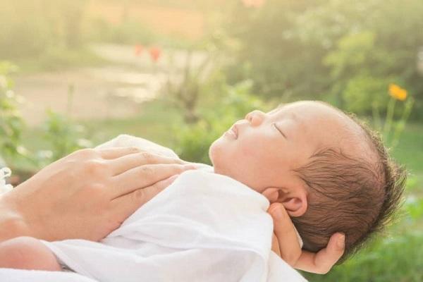 mẹo dân gian chữa rướn ở trẻ sơ sinh