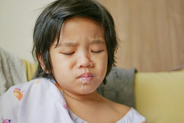 trẻ 3 tuổi đang ngủ tự nhiên nôn