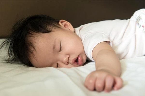 bé có thể nằm sấp từ khi 1 tuổi
