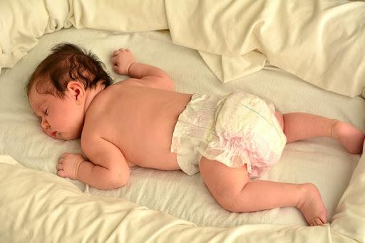 nên cho trẻ nằm ngủ tư thế nào