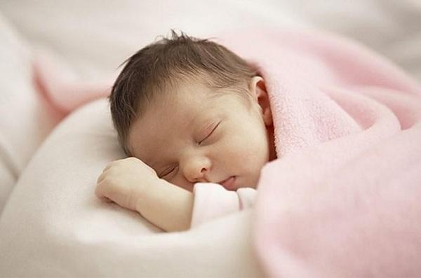 trẻ sơ sinh hay vặn mình đánh hơi