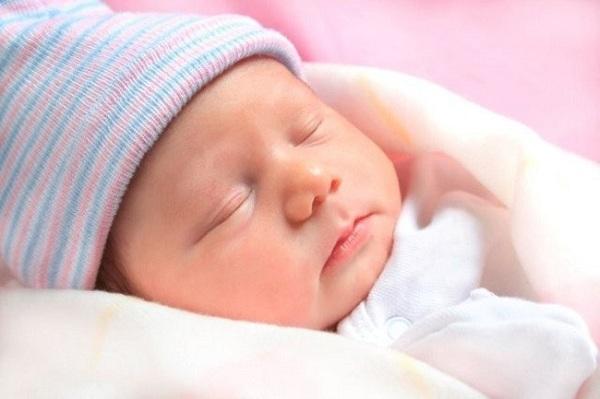 trẻ sơ sinh ngủ giấc ngắn không sâu