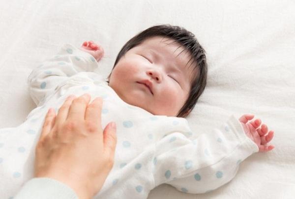 bé ngủ không ngon giấc