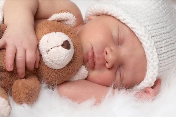 trẻ sơ sinh ngủ mắt lờ đờ