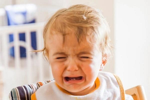 bé đi nhà trẻ về khóc đêm