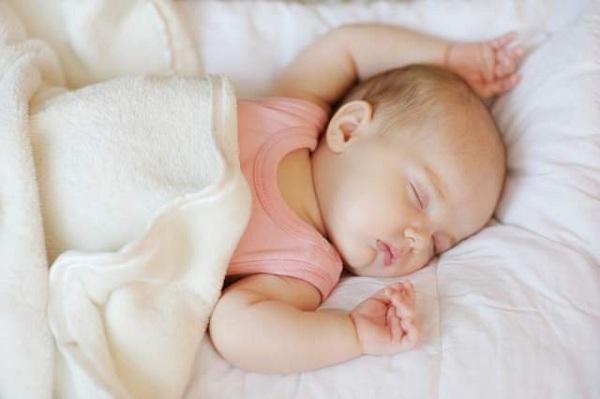 trẻ sơ sinh ngủ nhiều không chịu dậy bú