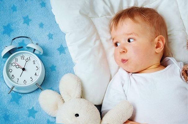 trẻ trằn trọc khó ngủ phải làm sao