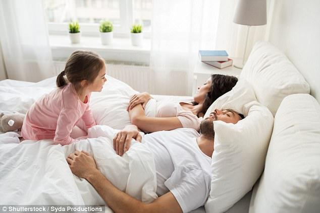 có nên cho trẻ nằm giữa bố mẹ
