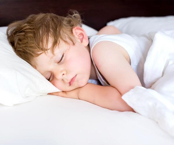 trẻ 2 tuổi ngủ đêm hay lăn lộn