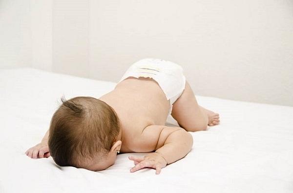 trẻ ngủ sấp thông minh