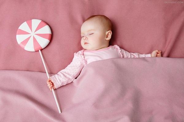 cho bé ngủ không phù hợp