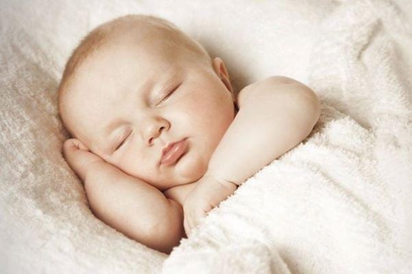trẻ sơ sinh ngủ 30 phút lại dậy khóc