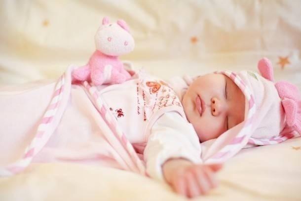 trẻ ngủ đêm hay đạp chân tay