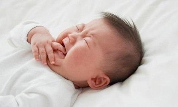 trẻ sơ sinh bú xong không chịu ngủ