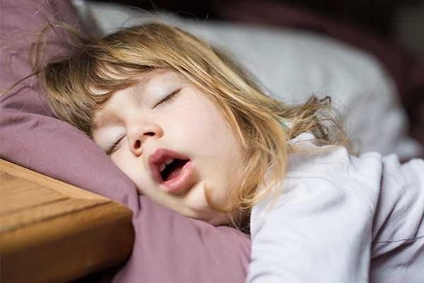 trẻ sơ sinh ngủ ngáy có sao không