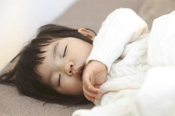 do con ngủ không đúng giấc