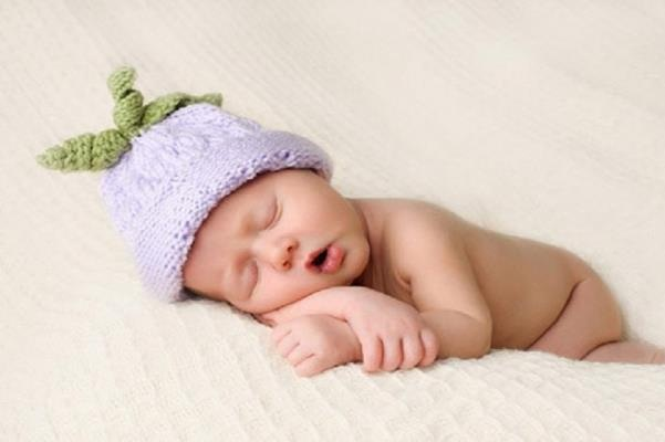 trẻ sơ sinh ngủ phát ra tiếng kêu