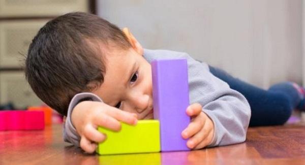 Dấu hiệu trẻ tự kỷ 12 tháng