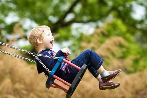 Trẻ ngồi xích đu giúp cải thiện tình trạng đi nhón chân