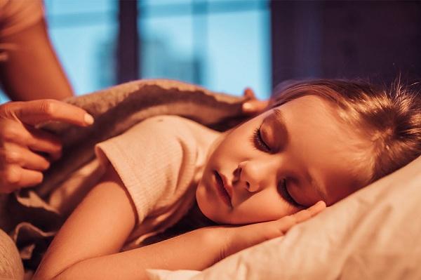bé 2 tuổi hay thức giấc vào ban đêm