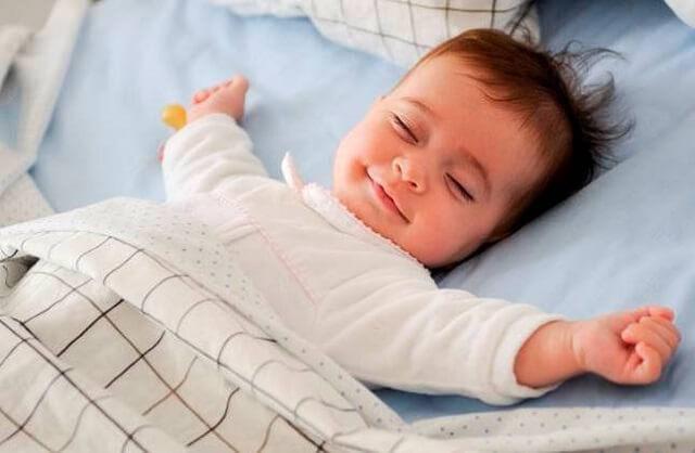 nằm sấp hạn chế trẻ hay chảy nước miếng khi ngủ